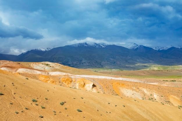 Krajobraz kolorowych gór na południu ałtaju