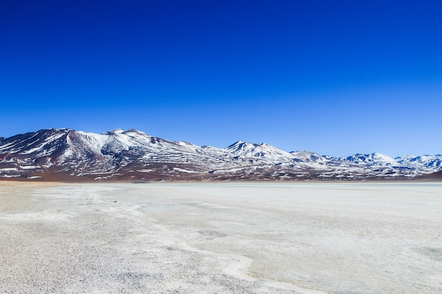 Krajobraz laguna verde z wulkanem licancabur w boliwii
