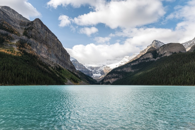 Krajobraz lake louise ze skalistymi górami i błękitnym niebem w parku narodowym banff, kanada