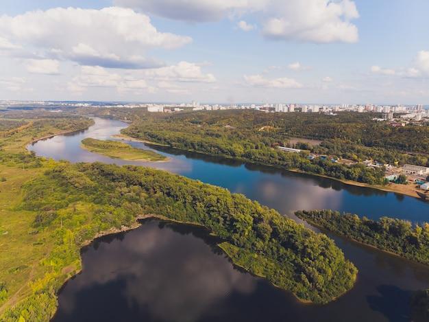 Krajobraz leśnej rzeki. panorama doliny rzeki lasu. lato rzeki zielony las widok.