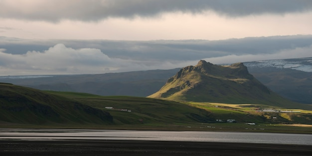 Krajobraz, linia brzegowa, pola uprawne, wzgórza i góry