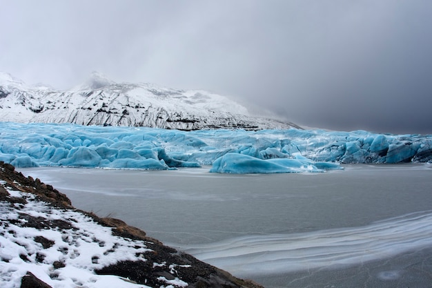 Krajobraz lodowca na jeziorze w islandii