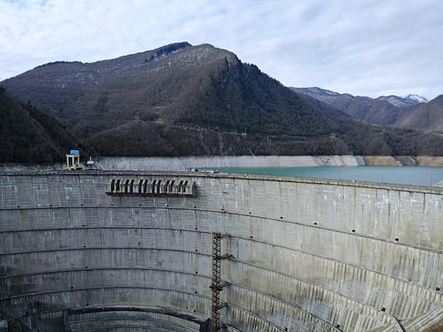 Krajobraz łuku hydroelektrycznego w gruzji