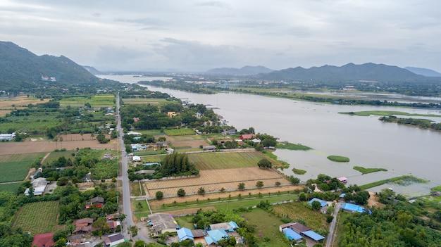 Krajobraz mae klong rzeka w kanchanaburi prowinci, tajlandia