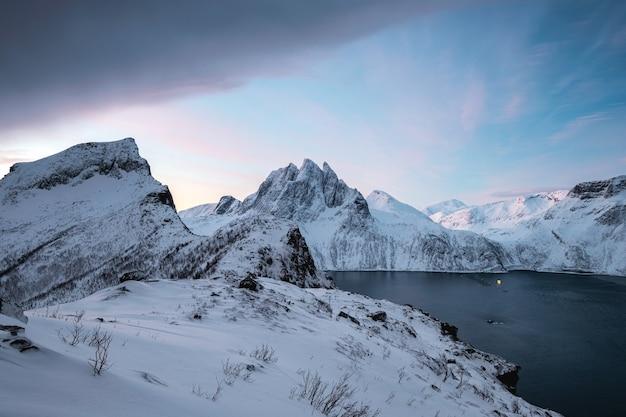 Krajobraz majestatycznej, śnieżnej góry na górze segla w zimie na wyspie senja, norwegia