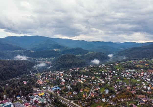 Krajobraz miasta górskiego wzgórza doliny z przodu. widok na dolinę górską. halna dolinna grodzka scena - zdrowy styl życia, podróż, weekendowa wycieczka, zielony turystyki pojęcie