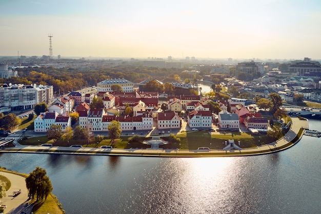 Krajobraz miasta mińska latem, białoruś. widok z lotu ptaka nemigi. widok traetskae pradmestse (przedmieście trinity)