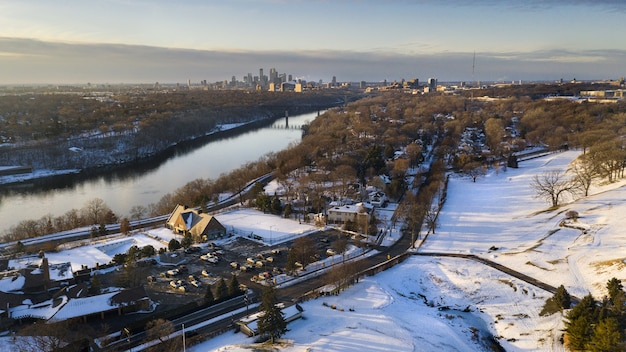 Krajobraz miasta pokryty śniegiem w promieniach słońca w zimie