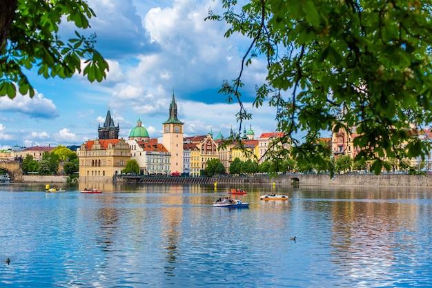 Krajobraz miasta pragi widok z rzeki wełtawy na starożytną architekturę miasta.