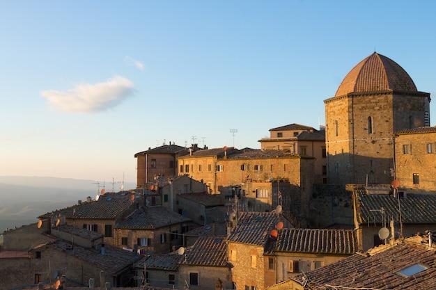 Krajobraz miasta volterra, toskania, włochy. historyczne miasto. włoski punkt orientacyjny.