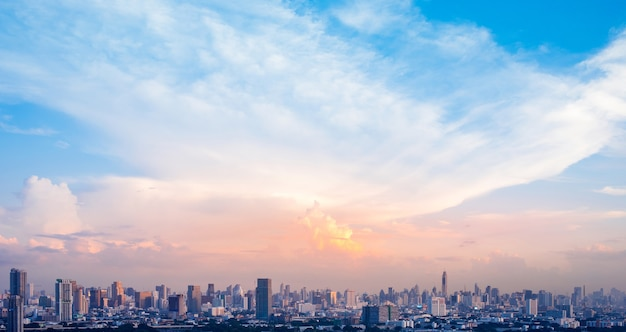 Krajobraz miasta z grupą budynków na niebie i świetle słonecznym