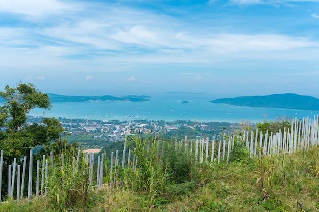 Krajobraz miasto wyrzucać na brzeg z niebieskiego nieba tłem przy phuket, tajlandia