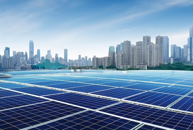 Krajobraz miejski chongqing, zabytki i panele słoneczne