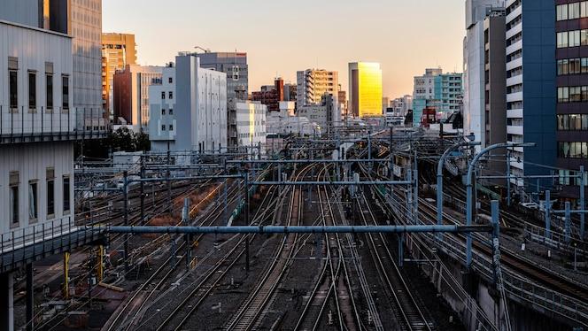 Krajobraz miejski japonia szlaki i zachód słońca