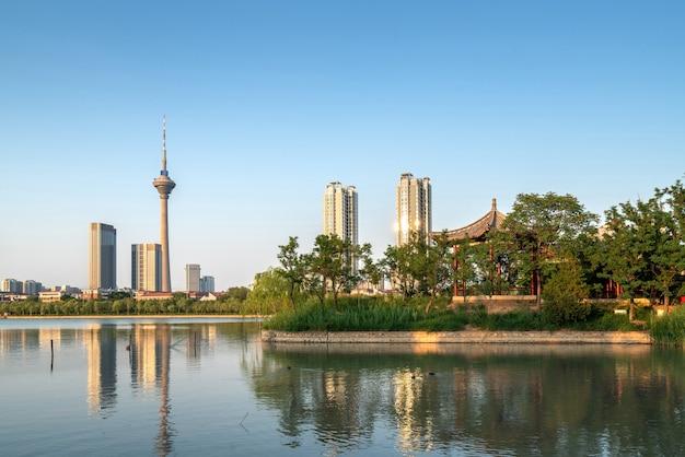 Krajobraz miejski nad jeziorem, tianjin, chiny.