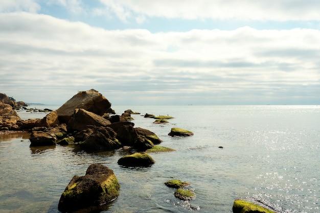 Krajobraz morski. wieczór na kamienistej plaży