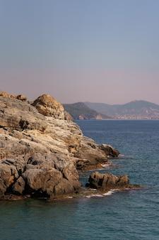 Krajobraz morski ze skalistym brzegiem w turcji