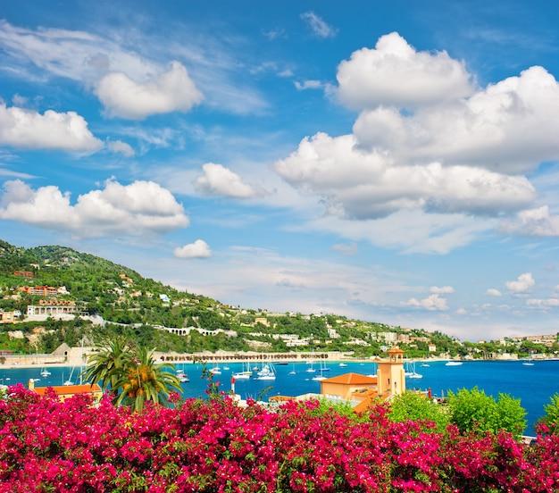 Krajobraz morza śródziemnego z zachmurzonym niebieskim niebem. riwiera francuska w pobliżu nicei i monako