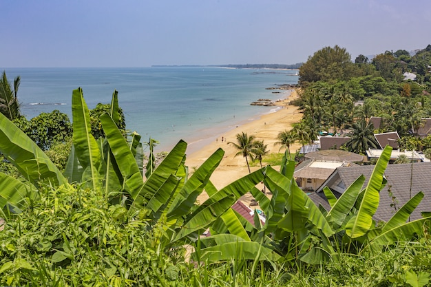 Krajobraz morza z domami na plaży