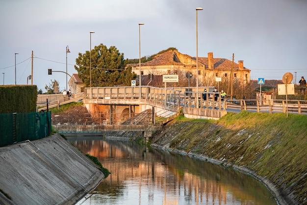 Krajobraz mostu nad rzeką w ramedello we włoszech