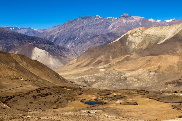 Krajobraz muktinath wioska w niskim mustanga okręgu, nepal