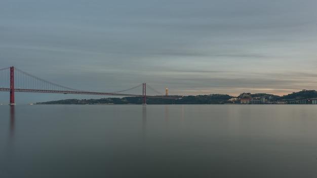Krajobraz na moście 25 kwietnia lizbona portugalia
