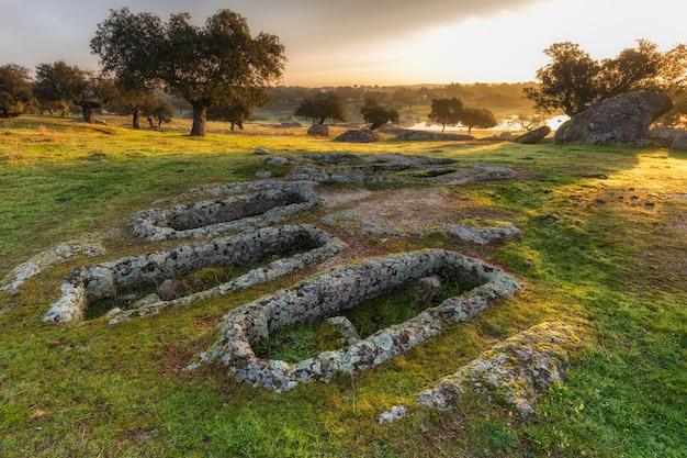 Krajobraz na pastwisku, groby są archeologicznymi pozostałościami z iv wieku naszej ery. arroyo de la luz. hiszpania.