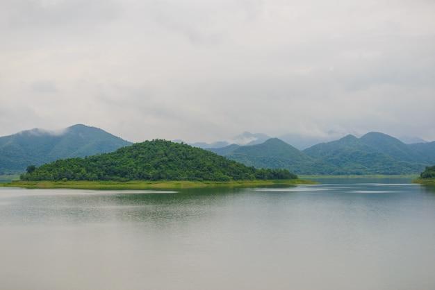 Krajobraz natrue i mgła wodna w zaporze kaeng krachan.