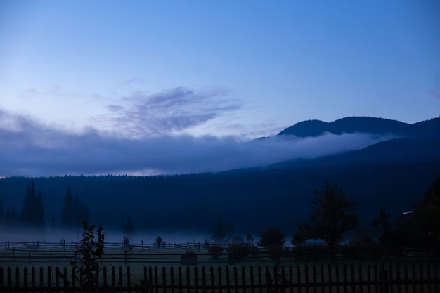 Krajobraz natura widok tła. widok z ulicy na wspaniały widok na krajobraz przyrody z miejscem na tekst w górach.