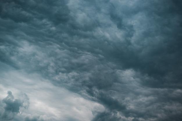 Krajobraz nieba. ciemnoniebieskie chmury burzowe, zachmurzone niebo przed deszczem. dramatyczne niebo, zła pogoda sztormowa. naturalne tło