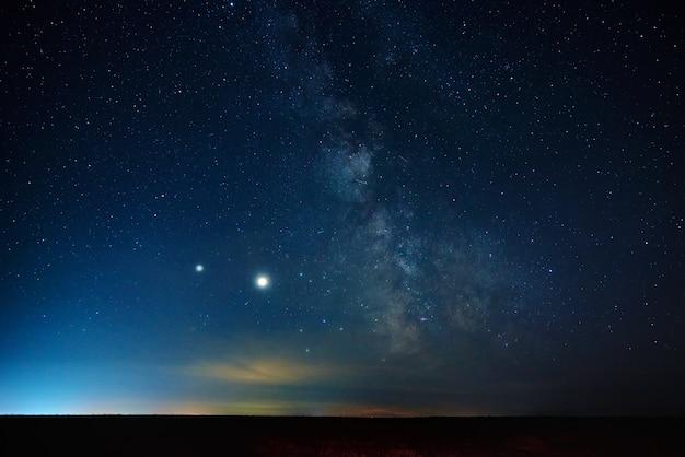 Krajobraz nocnego nieba z gwiazdami