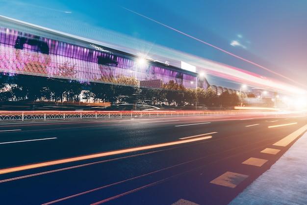 Krajobraz nocny i niewyraźne światła budynków miejskich i ulic
