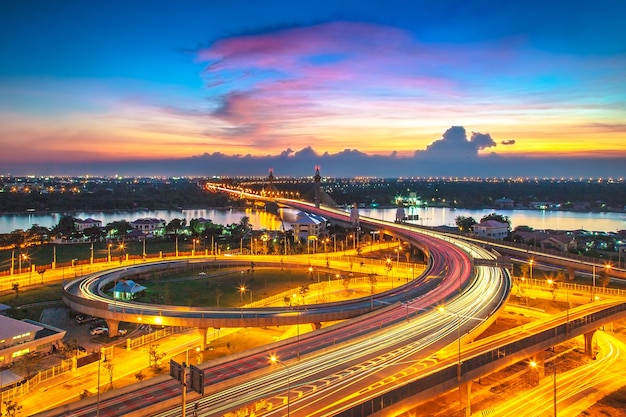 Krajobraz nonthaburi most podczas zmierzchu