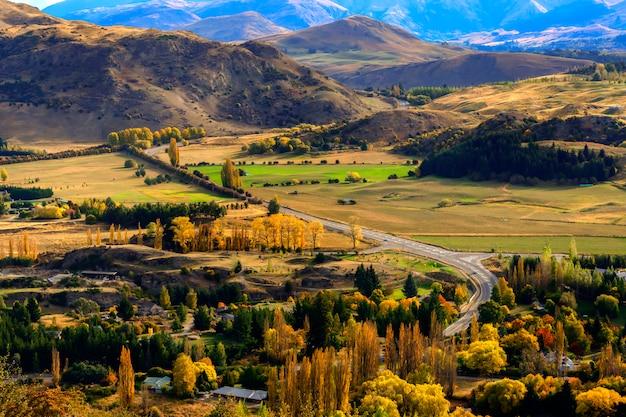 Krajobraz nowej zelandii z gruntami uprawnymi