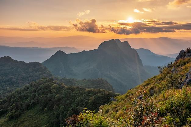 Krajobraz o zachodzie słońca na paśmie górskim w rezerwacie przyrody w parku narodowym doi luang chiang dao da