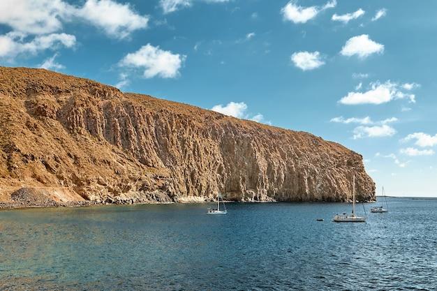 Krajobraz oceanu i łodzi żaglowych.