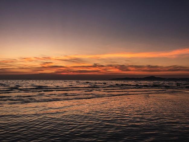 Krajobraz oceanu podczas pięknego zachodu słońca - idealny na tapety