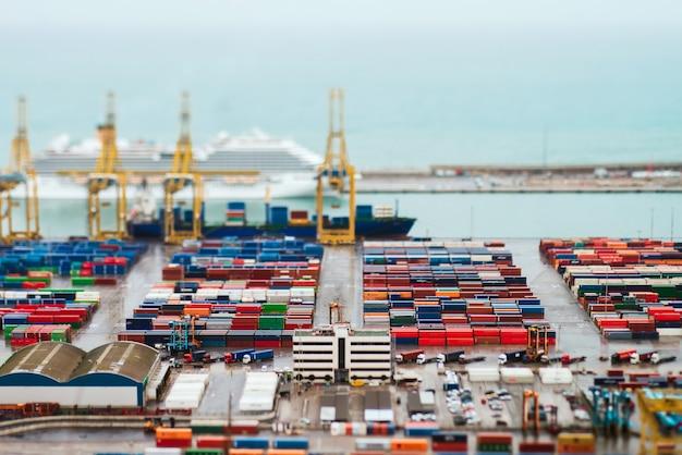 Krajobraz od ptasiego widoku kąta przemysłowy port. barcelona, hiszpania