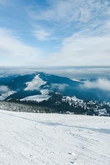 Krajobraz ośnieżonych zimowych gór kopiuje przestrzeń