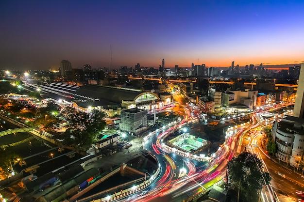 Krajobraz oświetlonego miasta w nocy