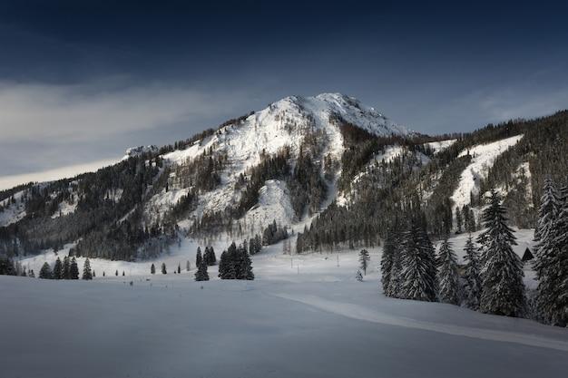 Krajobraz oświetlonych słońcem szczytów wysokich gór pokrytych śniegiem