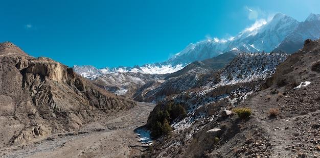 Krajobraz panoramiczny widok wielkich ośnieżonych himalajów nepalu everest area
