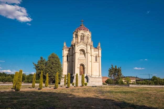 Krajobraz panteon hrabina vega del pozo w mieście guadalajara, hiszpania.