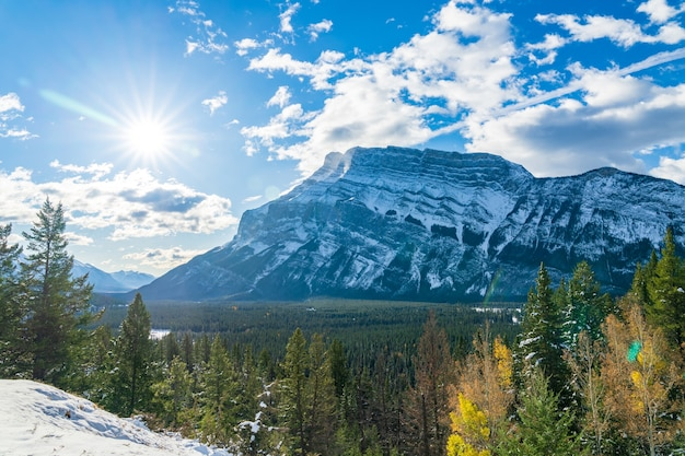 Krajobraz parku narodowego banff ośnieżona góra rundle i las jesienią canadian rockies