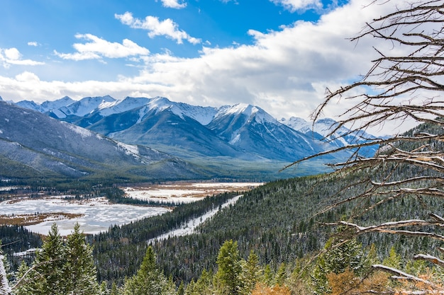 Krajobraz parku narodowego banff w zimowych cynobrowych jeziorach i kanadyjskich górach skalistych kanada