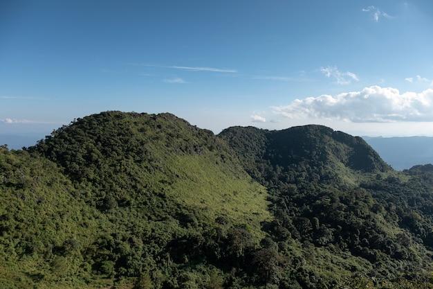 Krajobraz pasma górskiego w rezerwacie dzikiej przyrody w parku narodowym doi luang chiang dao
