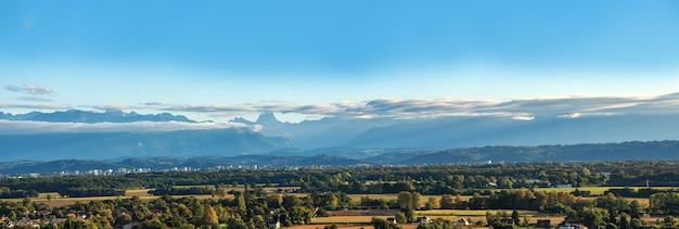 Krajobraz pau miasto, pyrenees góry na tle
