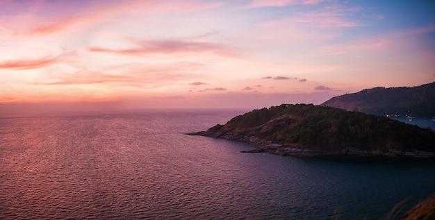 Krajobraz phuket w zachodzie słońca