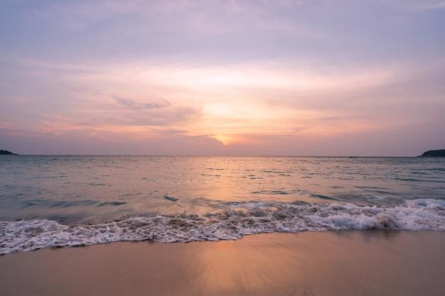 Krajobraz piękny zmierzch nad morzem przy tropikalną plażą w lecie