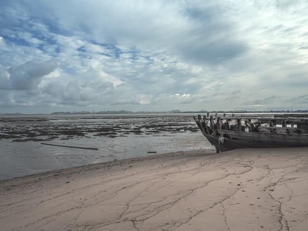 Krajobraz plaż z katastrofami morskimi i łodziowymi